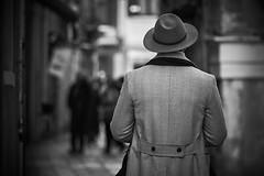 Mysterious man (Janette Paltian) Tags: janettepaltian canon 650d 70200 venice venedig italien italy streetphotography man walking street strasenfotografie blackwhite sw bw city travel hat hut stranger winter monochrome