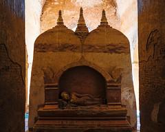 Un altar al buda yaciente (Nebelkuss) Tags: myanmar bagán asia birmania burma dhammayangyi templo temple altar buddha buda fujixt1 fujinonxf23f14