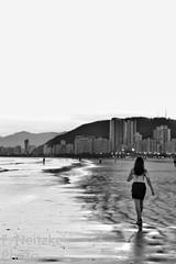 8 Praia do Gonzaga (faneitzke) Tags: portfolio canon canont5 canont5eos1200d santos sãopaulo brasil brazil brasile brésil bresilien américadosul américalatina southamerica latinamerica amériquedusud amériquelatine americadelsur sudamérica baixadasantista autumn outono fall maio may mai mayo praia plage beach playa pretoebranco pb blackwhite blackandwhite blancoynegro noiretblanc monocromático monochromatic monochromephotography monochromaticphotography bw caminhando walking walk andando marcher sea mar mer ocean oceano 50mm pessoas pessoa gens person personas
