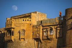 Jaisalmer Fort (preze (very busy)) Tags: abend mond evening moon jaisalmer जैसलमेर jaisalmerfort thegoldencity rajasthan indien india nordindien northindia hinduismus hinduism stadt gebäude sandstein sandstone karawanenstadt weltkulturerbe worldheritagesite unesco