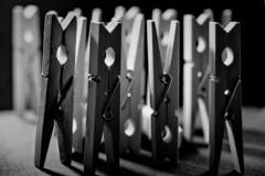 Alfileres (Jose Rahona) Tags: pinza pinzas tweezers alfiler pins clothespins filas rows luz sombra light shadow blancoynegro blackandwhite bw monocromo monochrome