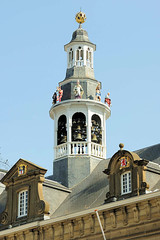 DSC_3887 Glockenspielturm am Rathaus von Roermond. das Rathaus wurde im Jahr 1700 auf einem aus dem 13. Jahrhundert stammenden Kellergewölbe erbaut. (stadt + land) Tags: glockenspielturm rathaus niederlande roemond hansestadt hanse neuehanse fluss maas rur grenze deutschland einkauf outlet grenzstadt