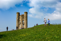 Tourists at Broadway Tower (rafpas82) Tags: cotswolds worcestershire england uk inghilterra broadway broadwaytower folly building tower castle hill collina castello torre turisti tourists green blue clouds nuvole nuvoloso verde blu cloudy walking may maybankholiday2 beautifulplaces lovelyplacesinengland fujifilmx100t x100t 23mm fujinon