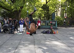Busking in New York (fantommst) Tags: lisaridings fantommst busking street performer acrobatics acrobat flip people crowd newyork nyc usa us lowermanhatten