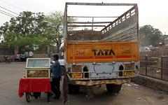 stop tata (kexi) Tags: india asia uttarpradesh fatehpursikri foodcart truck vendor canon february 2017 people tata