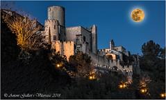 Lluna gran sobre el castell. (Castellet - Catalunya). (Antoni G.V.) Tags: antoni gallart nikon d800 castell castillo castle lluna luna cel cielo nocturna night granlluna lights llums luces perspectiva perspective wonderful maravillosa maravellosa moon bigmoon granluna