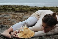 (roland_travelingue) Tags: barefootdancer barefootdance sandyfeet outdoorfeet dirtyfeet wetfeet barefootoutdoor