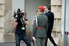 TV-Kameramann vor einem Gardisten (_IMG6028) (Bildredaktion Wien) Tags: wladimirputin putin österreich austria staatsbesuch statevisit alexandervanderbellen präsident staatspräsident bundespräsident hofburg wien vienna staatsempfang militärischeehren orf kamera kameramann garde gardist ehrenkompanie