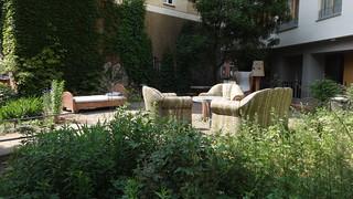 2004/05 Berlin Bett u. Sessel u. Sofa u. Ohrensessel u. Stehlampe u. 4 Hocker mit Tisch Mosaikarbeiten von Christine Gersch Pocketpark Florastraße 87 in 13187 Pankow