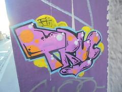 269 (en-ri) Tags: pti truc rossa nero giallo arancione pallini lione lyon wall muro graffiti writing adesivo sticker arrow