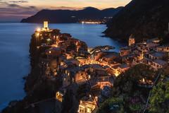 Cinque Terre - Vernazza (030mm-photography) Tags: rot vernazza cinqueterre ligurien italien küste landschaft stadt city landscape sunset sonnenuntergang mittelmeer blauestunde bluehour nightshot travel reise nature natur