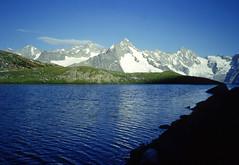 Il terzo lago di Fenêtre (2512 m) al mattino (giorgiorodano46) Tags: august giorgiorodano vallese valais wallis fotoanalogica analogic alps alpi alpes alpen mpntebianco montblanc montblancrange lemassifdumontblanc lac lago lake mountain landscape randonnée escursionismo alpinismo escursione agosto1997 1997