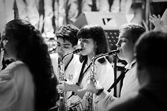 La jouer du saxophone... (Paolo Pizzimenti) Tags: rivoli rue passage chiemamies bonnet saxophone fille yeux paolo paris ravenna omdem1mkii 75mm 25mm f18 film pellicule argentique m43 mirorrless doisneau