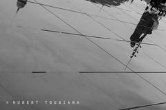 Pavement reflection in Bordeaux (hubert.toubiana.photo) Tags: bodeaux france rain rainy bystander miroir deau pluie pluvieux noir et blanc black white trottoir pavement