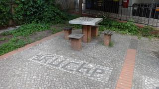 2004/05 Berlin 4 Hocker mit Tisch Mosaikarbeiten von Christine Gersch Pocketpark Florastraße 87 in 13187 Pankow