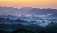 Sichuanese Sunrise - Dujiangyan - China (Rogg4n) Tags: china sichuan dujiangyan layers sunrise landscape nature canoneos80d sigma50100mmf18dchsm mist fog forest hill montain gradient