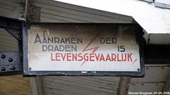 Aanraken der draden is levensgevaarlijk (XBXG) Tags: emaille enamel émaille émaillé plaque émaillée bord bordje station haarlem nederland holland netherlands paysbas typographie