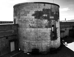 Tŵr Martello / Martello Tower, Seaford (1803) (Rhisiart Hincks) Tags: blancinegre duagwyn gwennhadu dubhagusgeal dubhagusbán blackandwhite bw zuribeltz blancetnoir blackwhite monochrome unlliw blancoynegro zwartwit sortoghvid μαύροκαιάσπρο feketeésfehér juodairbalta