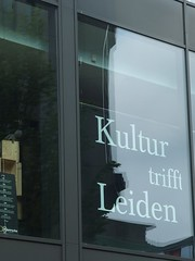 Kultur trifft Leiden (mkorsakov) Tags: dortmund city innenstadt schaufenster shopwindow slogan parole buchladen bookstore typo spiegelung reflection