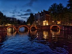 Amsterdam Blue Hour II (Elenovela) Tags: amsterdam bluehour blauestunde restlicht availablelight keizergracht wasser reflexion brücke bridge himmel sky