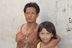 grandma with bad eye and grandchild (the foreign photographer - ฝรั่งถ่) Tags: grandma grandmother bad eye cataracts grandchild grand daughter arm around shoulder khlong tanon portraits bangkhen bangkok thailand canon