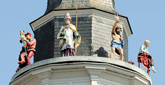 DSC_3889 Rathausturm von Roermond / Glockenspielturm mit Figuren aus der Geschichte der Stadt. (stadt + land) Tags: rathausturm glockenspielturm figuren geschichte stadt niederlande roemond hansestadt hanse neuehanse fluss maas rur grenze deutschland einkauf outlet grenzstadt
