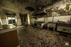 CUCINA (Lace1952) Tags: urbex colonia coloniaelioterapica abbandono effetti umidita detriti finestre iperfocale cucina stufa pentole pavimento cappa piastrelle soffitto