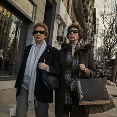 Two (Julio López Saguar) Tags: segundo juliolópezsaguar gente people ciudad city urban urbano calle street madrid españa spain mujeres women hermanas sisters dos two