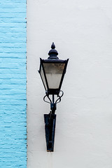 Lightcouture (TablinumCarlson) Tags: uk gb england great britain grosbritannien britannien united kingdom rathaus city hall bridge street rows brücke leica m m240 90mm summicron fassade wand wall laterne lampe lamp latern blau blue light licht