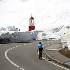Oberalppass (Marcel Cavelti) Tags: bq0a3276bearb leuchtturm radfahrer schnee strasse road snow