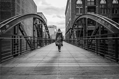 Bridges of Hamburg (frank_w_aus_l) Tags: hamburg monochrome anna nikon d800 nikkor 1635 clouds city bridge architecture human humaningeometry geometry depth person speicherstadt steg bw sw blackandwhite noiretblanc netb deutschland de