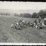 Archiv P040 Beim Essenfassen, 1930er thumbnail