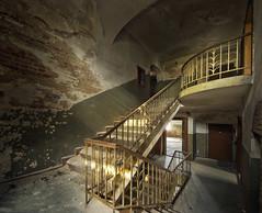 Sanatorium L. (1) (david_drei) Tags: lostplace abandoned decay licht morgensonne treppe stairs sanatorium golden