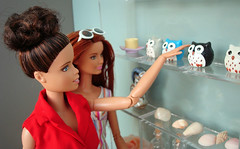 At the souvenir shop (Deejay Bafaroy) Tags: barbie fashionistas mattel doll dolls puppe puppen madetomove mtm donuts souvenirs andenken souvenirshop souveniroftravel reiseandenken owl owls eule eulen shells muscheln 16 scale playscale miniature miniatur red rot blue blau