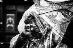 Pluie et larmes!!  / Rain and tears!! (vedebe) Tags: humain human people pluie ville street rue city urbain urban urbanarte noiretblanc netb nb bw monochrome