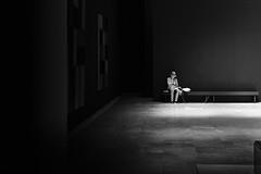 (Simon BOISVINET) Tags: acros fujifilm x100f woman light book photography blackandwhite caen wall unejournéeaumusée