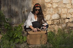Preparando el picnic (Otra@Mirada) Tags: retrato maleta chica señorita modelo rural nerea picnic