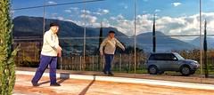 gigi (jakza - Jaque Zattera) Tags: reflexos homem pessoa caminhando brincadeira donguerino vinicola reflexo