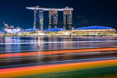 Singapore - Marina Bay (Rafael Zenon Wagner) Tags: singapur singapore marinabaysands nacht night lights lichter wasser water spiegelung reflection colorful farben 28mm