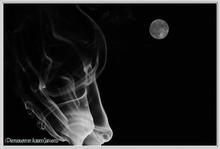 LA LUNA Y EL HUMO.  THE MOON AND SMOKE. NEW YORK CITY.