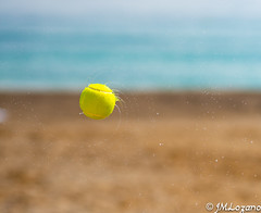 solo la pelota (josmanmelilla) Tags: agua melilla sol sony playas pwmelilla flickphotowalk pwdmelilla pwdemelilla