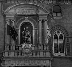 Statua in bronzo di papa Gregorio XIII (frillicca) Tags: 2018 april aprile bn bw biancoenero bianconero blackandwhite blackwhite bologna gregorioxiii loggia monochrome monocromo nikkor nikkor18300mmf35 nikon nikond300 palazzocomunale palazzodaccursio papa piazzamaggiore pope statua statue