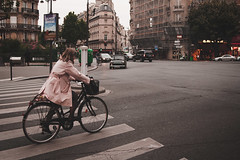 Paris, France (pas le matin) Tags: street road bike rue carrefour people car voiture vélo building intersection candid paris france europe europa world travel voyage canon 350d canon350d canoneos350d eos350d