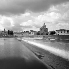 Here and now - Florence - June 2018 (cava961) Tags: florence analogue analogico monocromo monochrome bianconero bw 6x6 pescaiaalcestello