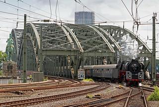 01 519 bringt den Westfalendampf-Sonderzug über die Kölner Hohenzollernbrücke in den Hauptbahnhof, 02.06.2018