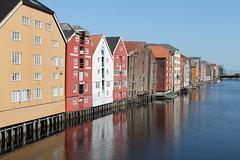 Trondheim! (Aniemar) Tags: trondheim wasser water holzhäuser reflections spiegelung norge norway norwegen canoneos1100d ƒ80 320mm 1320 iso100