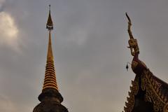 Wat Saen Muang Ma Luang (Thomas Mülchi) Tags: chiangmai chiangmaiprovince thailand 2018 watsaenmuangmaluang wathuakhang sky buddhism buddhisttemple temple changwatchiangmai th cloudy