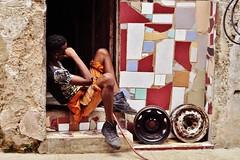 Habana Vieja - scène de rue 1 (luco*) Tags: cuba la havana habana vieja jeuen homme young man teenager adolescent boy garçon porte door rue street maison house casa