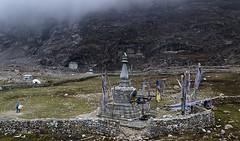 Dorf Langtang (Henry der Mops) Tags: 90a7276 langtangnationalpark landschaft berge berglandschaft mountain mountainlandscape nepal nebel stupa asien asia canoneos7dmarkii henrydermops mplez