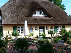 A small thatched house on the Baltic Sea coast... (libra1054) Tags: häuser maisons casas case houses baltischesmeer balticsea marbaltico merbaltique marbâltico